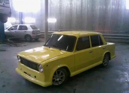 После этого тщательно чистим поверхность кузова Ваз 2101.  Остается лишь ее покрасить.  Для чего загоняем автомобиль...