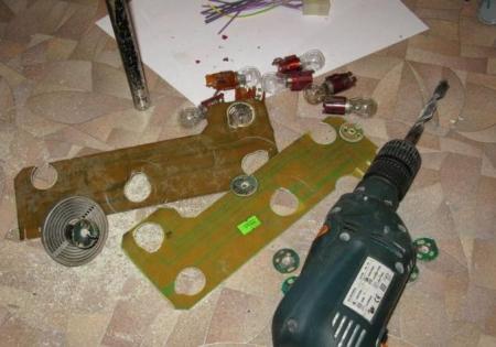 Контакты лампочек задних фонарей на Ваз 2107.