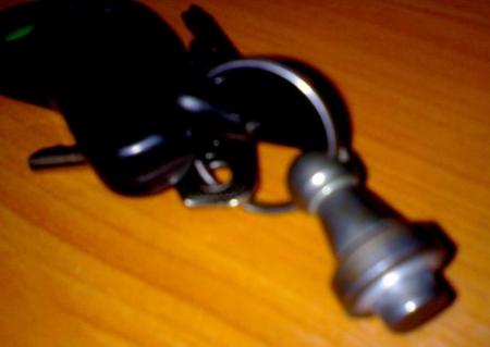 Самый простой способ защиты от воров - установить крышку с замком.  Однако взломать его не сложно, особенно если...
